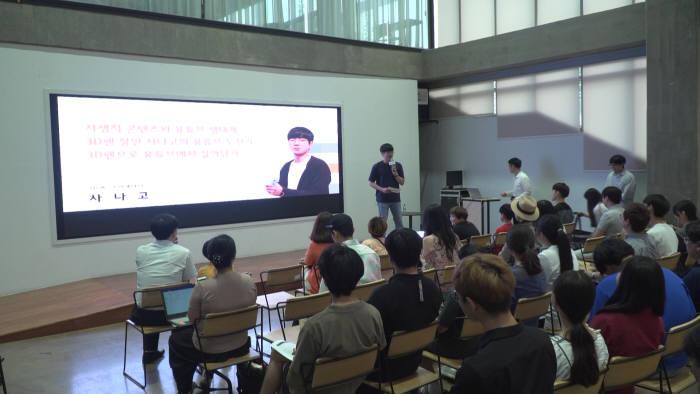 유튜브 크리에이터 사나고가 서부문화창조허브에서 열린 TEC콘서트에서 3D펜 활동에 대해 이야기하고 있다.