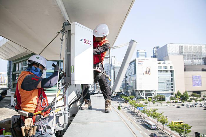 SK텔레콤이 여름 휴가철을 맞아 전국 주요 고속도로 및 피서지를 중심으로 안정적인 통신 서비스 제공을 위한 준비를 마쳤다고 21일 밝혔다. 사진은 SK텔레콤 직원이 해운대구 일대에서 5G 기지국을 구축?점검하고 있는 모습