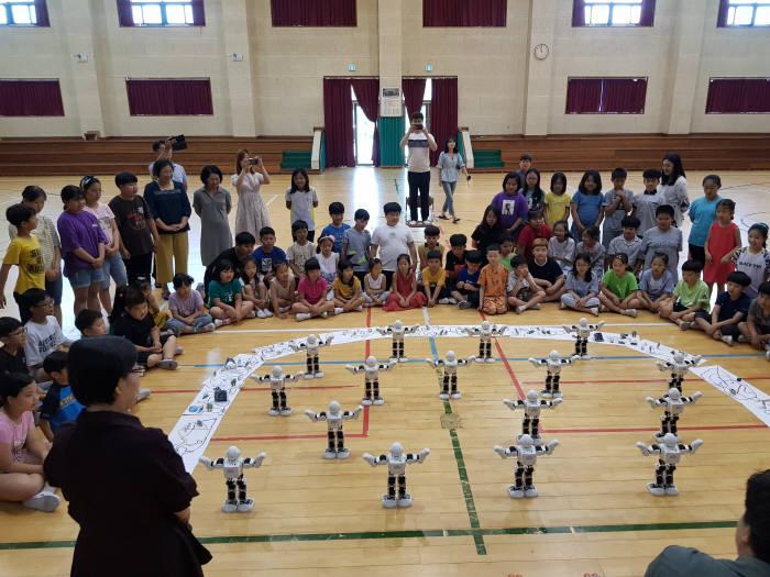 조선대 SW융합교육원은 지난 16일 해남옥천초등학교 전교생을 대상으로 로봇친구와 함께하는 로봇코딩콘서트를 개최했다.