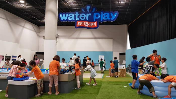 국립광주과학관은 유익한 여름방학 즐길 거리를 제공하기 위해 물 특별전과 물 과학 체험장을 운영한다.