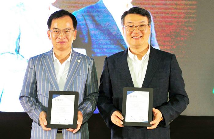 박상철 호남대 총장(오른쪽)이 20일 김삼호 광주 광산구청장과 창의융합 인재양성을 위한 업무협약을 체결하고 있다.