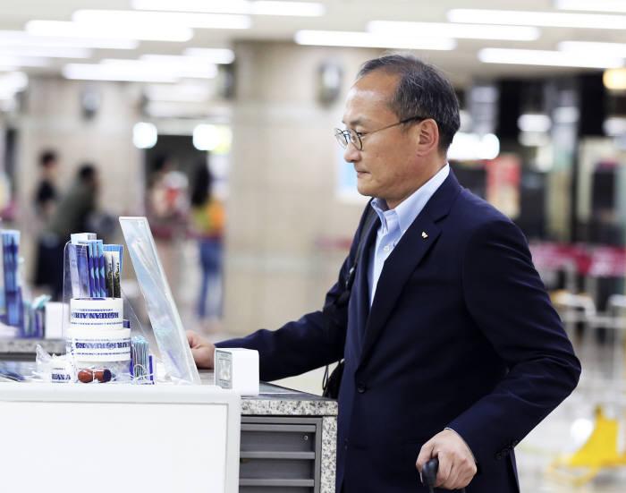 이석희 SK하이닉스 CEO가 김포국제공항에서 출국 준비를 하고 있다.(제공: SK하이닉스)