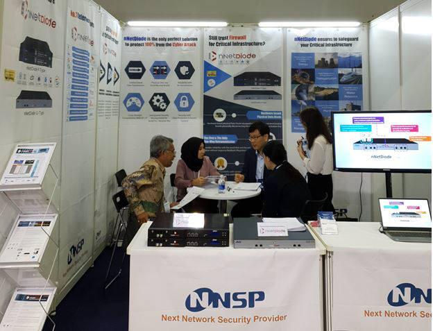 앤앤에스피는 베트남 호치민시에서 개최한 스마트전력에너지 전시회에 참가, 앤넷다이오드,앤넷트러스트 등 산업보안솔루션을 선보였다. 앤앤에스피 관계자가 외국 바이어와 상담을 벌이고 있다.