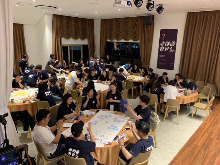 2019년 5월 유플리트 전사워크샵에서 원유플시스템에 대해 함께 토론하는 유플리트 직원들.