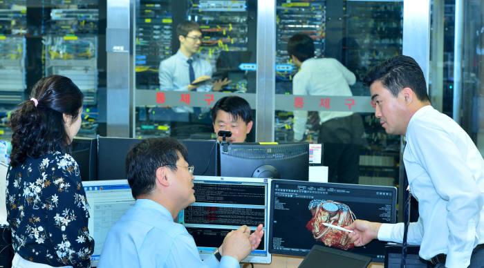 국내 한 상급종합병원 의료정보실 관계자가 의료정보를 분석하는 전산 시스템을 확인하고 있다.(자료: 전자신문DB)