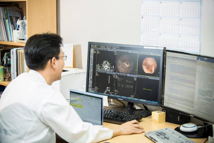 국내 대학병원 의료진이 EMR 시스템에서 환자 상태를 확인하고 있다.(자료: 전자신문 DB)
