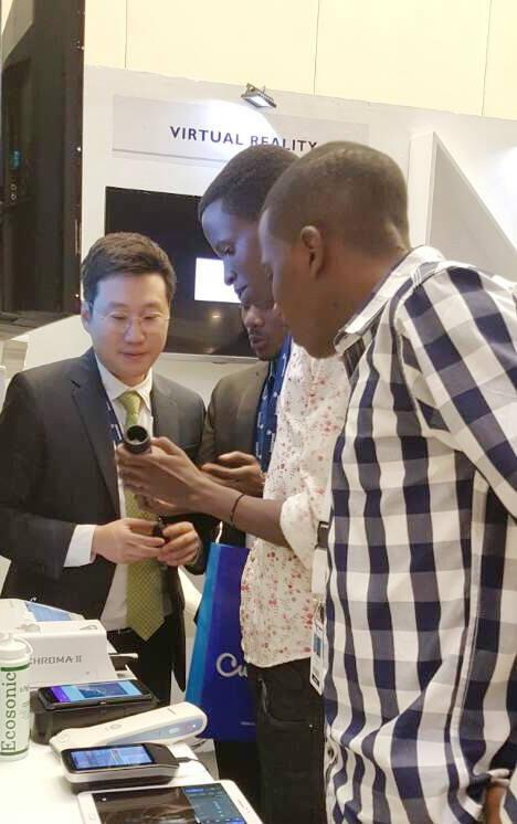 르완다 수도 키갈리에서 열린 전시부스에 방문한 관람객이 KT 디지털 헬스케어 솔루션을 보고 있다.