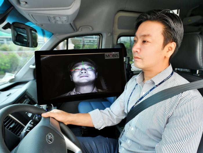 현대모비스 연구원이 운전자 동공추적과 안면인식이 가능한 운전자 부주의 경보시스템을 상용차에 적용해 시험하고 있다.