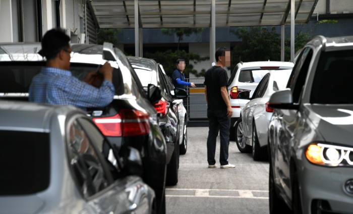 지난해 8월 초 긴급 안전진단을 받기 위해 서비스센터에 몰린 BMW 차량. (전자신문 DB)