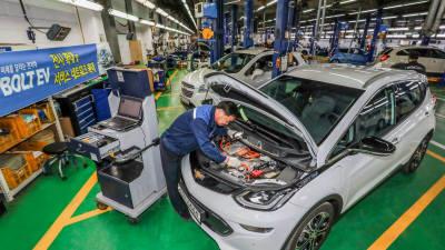 한국지엠, 볼트 전기차 부품가격 60% 낮춘다...시장 확대 전략