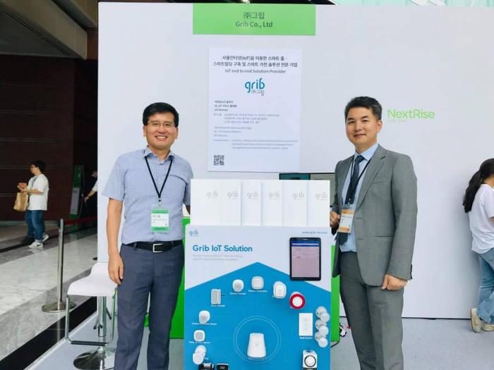 정연규 그립 대표(오른쪽)가 24일 서울 코엑스에서 열린 넥스트라이즈 2019에서 자사 IoT 솔루션을 소개했다.