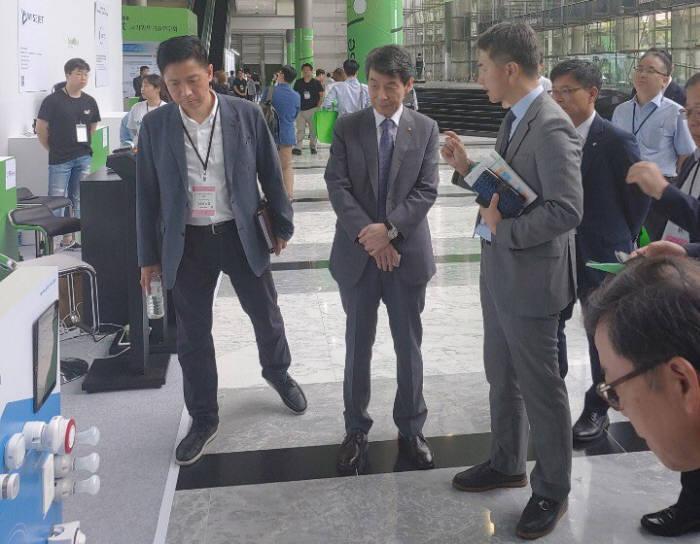 정연규 그립 대표(왼쪽에서 세 번째)가 이동걸 산업은행 행장(〃 두 번째)에게 자사 독립형 허브에 대해 설명하고 있다.