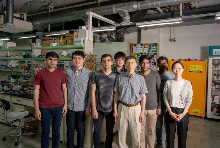 루테늄 기반의 새로운 고효율 촉매를 개발한 김광수 교수(맨 앞)와 연구진.