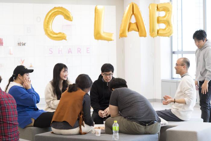 삼성전자 서울 R&D캠퍼스에 입주한 스타트업들이 C랩 인사이트 살롱(Insight Salon) 행사에서 아이디어를 나누고 있다.
