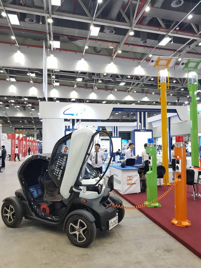 재진가로등이 개발한 스마트 인공지능 가로등으로 전기자동차를 충전하고 있는 모습.