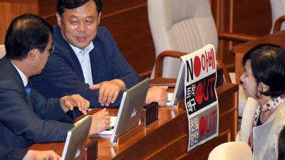 아베 정권 규탄 피켓 내건 김종훈 의원