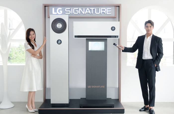 LG전자가 5일 超프리미엄 에어컨인 LG 시그니처 에어컨을 출시했다. 사진은 모델이 LG 시그니처 에어컨을 소개하는 모습.