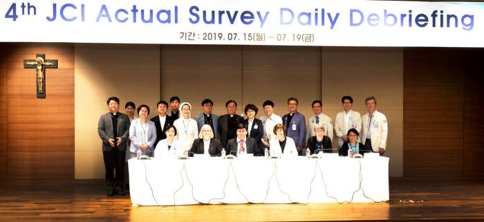 서울성모병원 관계자들이 JCI 인증을 기념해 촬영했다.