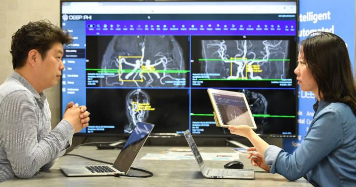 의료인공지능 업체 연구진이 질병판독지원 플랫폼 알고리즘을 논의하고 있다.(자료: 전자신문 DB)