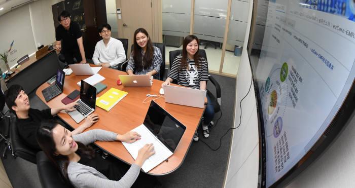 이지케어텍 연구진이 병원정보시스템 베스트케어 기능 고도화를 위해 회의를 하고 있다.(자료: 전자신문 DB)