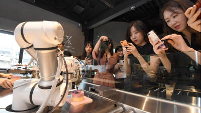 이젠, 로봇 카페 '카페봇'에서 커피한잔해요