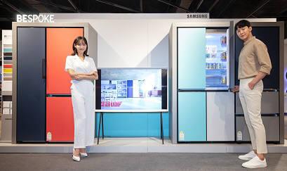 삼성전자 모델들이 비스포크 냉장고를 소개하고 있다.