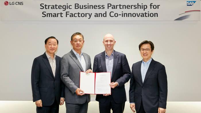 왼쪽부터 이재성 LG CNS 하이테크사업부 부사장, 현신균 LG CNS 최고기술책임자(CTO·부사장), 스콧 러셀 SAP 아태지역 회장, 이성열 SAP코리아 대표.