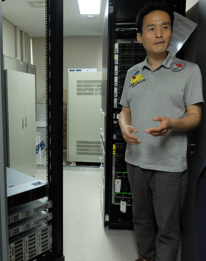 장석주 데이터융합SW과 교수(학과장)가 클라우드 서버 교육설비에 대해 설명했다.