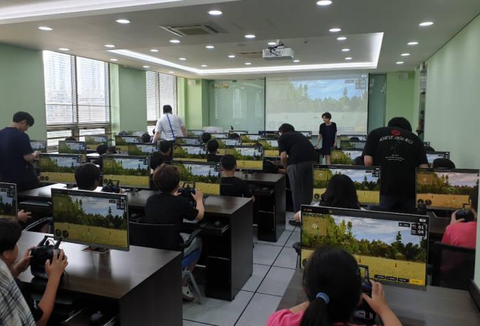 한컴지엠디 2019 드론 과학 영화캠프에 참가한 학생들이 가상 드론 시뮬레이터를 활용해 드론조종법을 배우고 있다. 한컴지엠디 제공