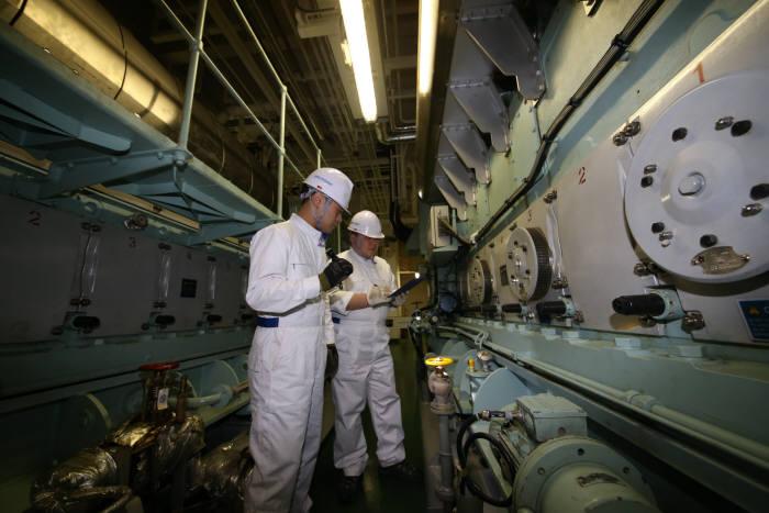 엔진고장예측시스템을 탑재한 현대글로비스 선박 엔진룸.