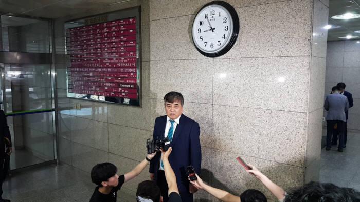 한상혁 방송통신위원회 위원장 후보자가 경기도 과천에 마련된 임시집무실에 출근해 기자들의 질문에 답하고 있다.
