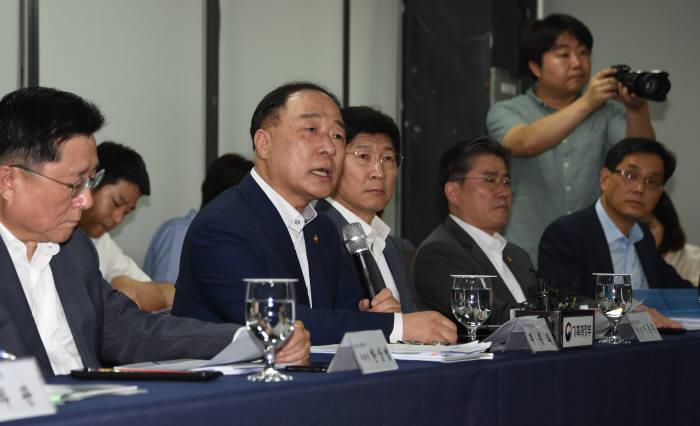 홍남기 경제부총리 겸 기획재정부 장관(왼쪽에서 두 번째)이 간담회에서 발언하고 있다.