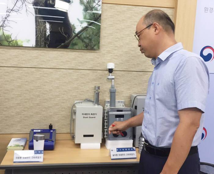 박륜민 환경부 대기미래전략과장이 미세먼지 간이측정기에 대해 설명했다.
