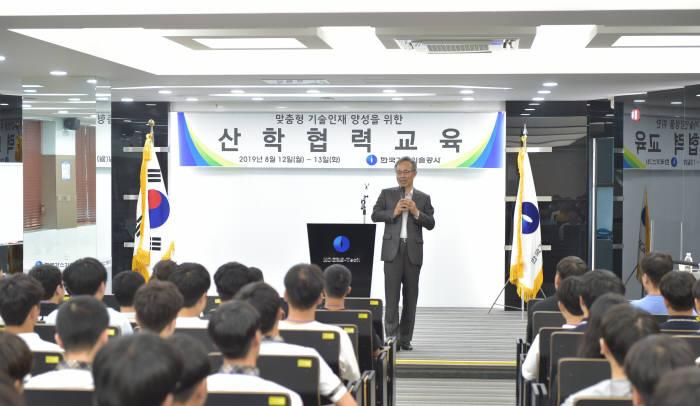 고영태 한국가스기술공사 사장이 천연가스설비 정비 및 에너지 분야 전문기술 인재 양성을 위해 지난 12일 공사에서 전국 13개 공업계 고등학교 학생들이 참여한 산학협력교육을 개최하고, 공사 업무를 설명하고 있다. 사진출처=한국가스기술공사