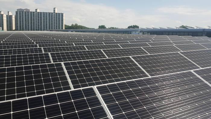 귀뚜라미 보일러 아산공장 지붕에는 6MW급 태양광 설비가 구축됐으며, 이달 1일부터 발전을 개시했다.