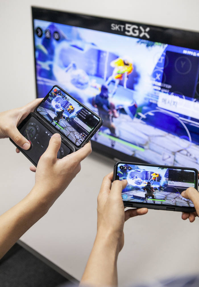 SK텔레콤이 세계 최초 기지국 단에 모바일에지컴퓨팅(MEC) 적용이 가능한 초엣지 기술을 개발하는 등 차별화된 5GX MEC 플랫폼을 선보인다. 5GX MEC 기반 게임 방송 플랫폼 워치앤플레이 시연 모습.