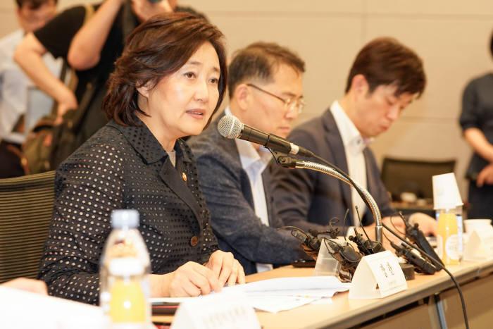 박영선 중소벤처기업부 장관이 13일 대한상공회의소에서 열린 분업적 협력 생태계 조성을 위한 대·중소기업 간담회에서 인사말을 하고 있다.