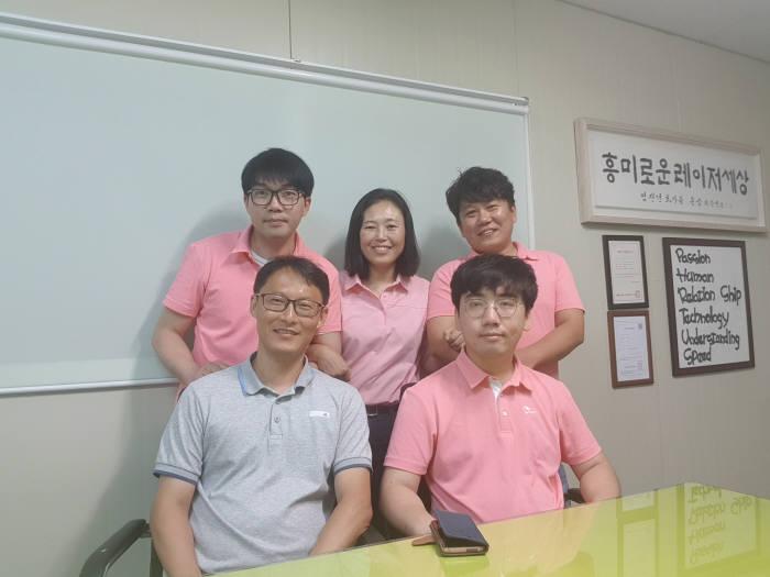 레이저앱스 전은숙 대표(뒷줄 가운데)와 임직원들. (사진=레이저앱스)