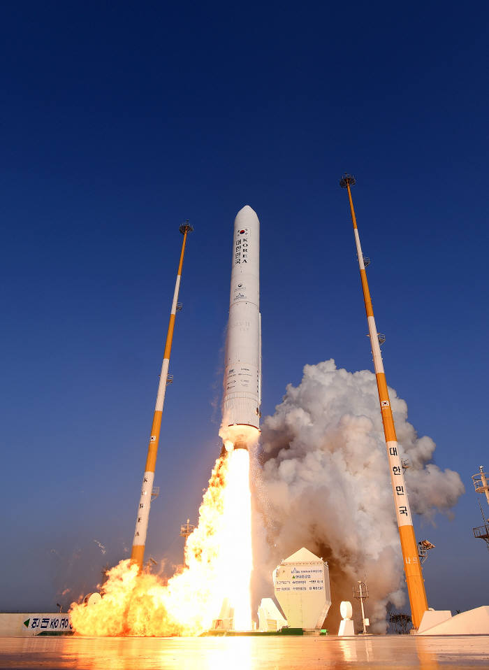 지난해 11월 28일 오후 4시 전남 고흥군 봉래면 나로우주센터 발사대에서 누리호 엔진 시험발사체가 하늘로 날아오르고 있다.