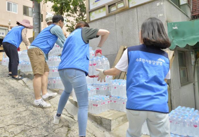 동양생명 수호천사봉사단이 서울역에 위치한 쪽방촌을 찾아 거동이 불편한 이웃에게 직접 생수를 전달했다.