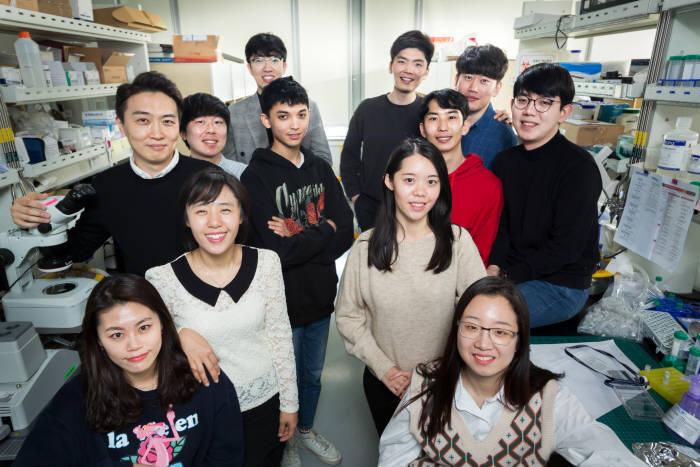 강주헌 교수와 강 교수가 이끌고 있는 UNIST 응용생체유체연구실 연구원들.