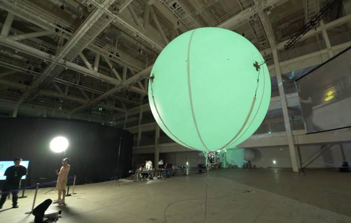 김문상 GIST 교수팀이 개발한 융복합 공연·전시용 춤추는 AI 공중 부양 로봇.