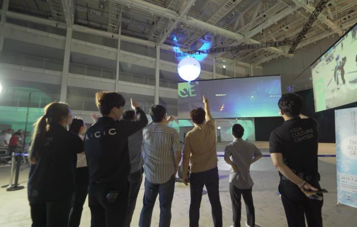 김문상 GIST 교수팀이 개발한 융복합 공연·전시용 춤추는 AI 공중 부양 로봇