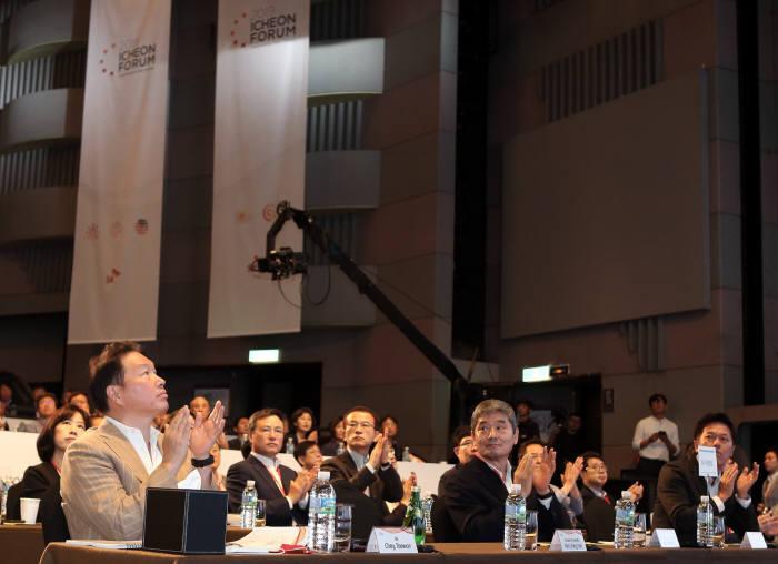 최태원 SK 회장이 19일 서울시 광장동 워커힐 호텔에서 열린 2019 이천포럼 개막식에서 발표를 경청하고 있다.