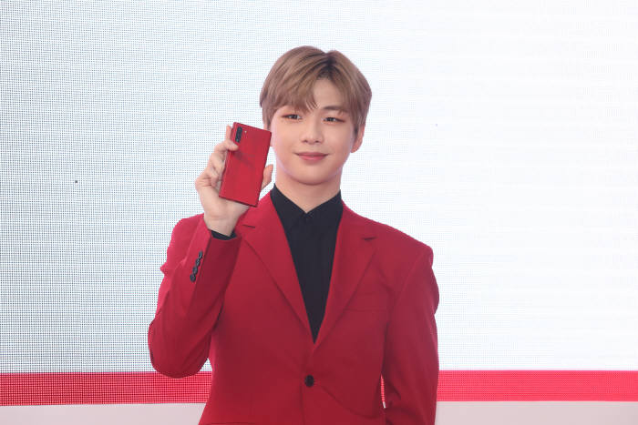 KT는 사전예약 고객 개통일 하루 전인 19일 노보텔 앰배서더 서울 동대문에서 갤럭시 노트10 5G 론칭 파티를 열었다. 가수 강다니엘이 갤럭시노트10 아우라레드를 소개했다.
