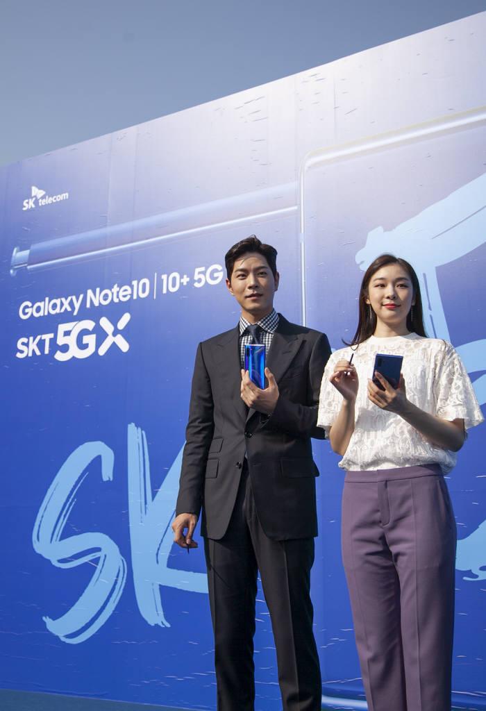SK텔레콤은 20일 서울 올림픽공원에서 SK텔레콤 5GX-갤럭시 노트10 개통행사를 개최했다. 홍종현 배우와 김연아 선수가 갤럭시노트10 플러스 아우라블루를 소개했다.