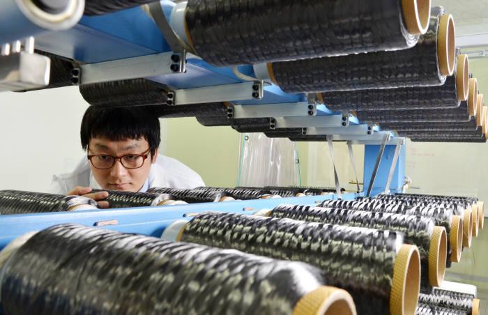 효성기술원의 연구원이 탄소섬유를 살펴보고 있다. <전자신문DB>
