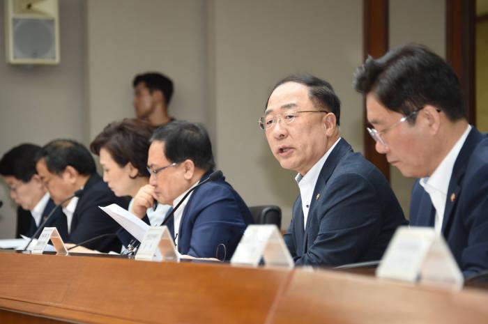 홍남기 경제부총리 겸 기획재정부 장관(오른쪽 두번째)이 경제활력대책회의 겸 혁신성장전략회의를 주재했다.