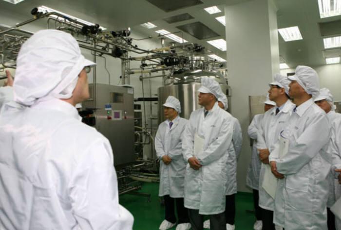 바이오 관계자들이 생물산업기술실용화센터 내부 설비를 둘러보고 있다.(자료: 한국생산기술연구원 홈페이지)