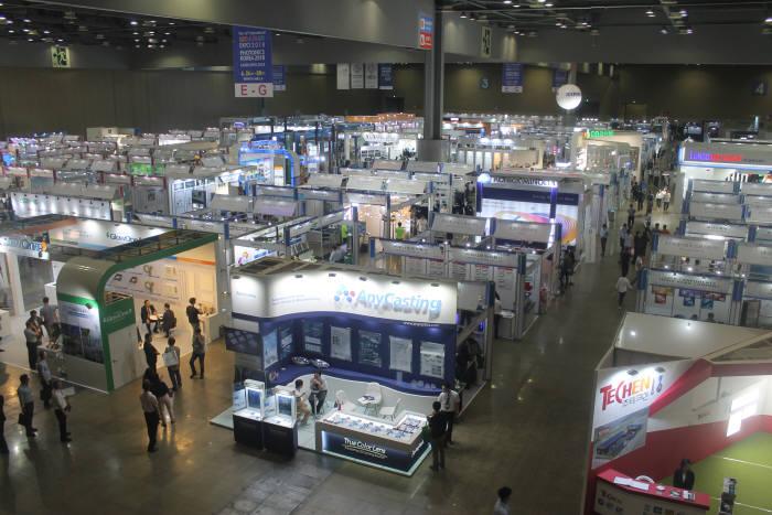 한국광산업진흥회가 주최하는 2019국제광융합비즈니스페어가 26일부터 28일까지 3일간 서울 코엑스에서 개최된다. 지난해 열린 행사 모습.